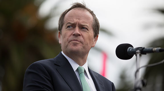 Shorten plays to win the base