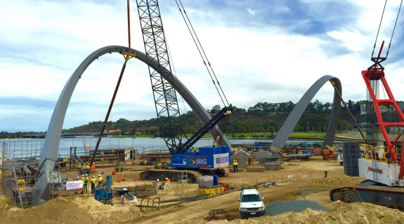 Second arch lifted at Elizabeth Quay