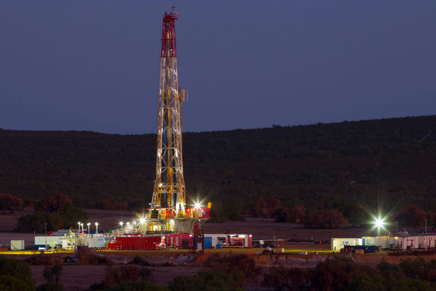Who are the main land drilling rig contractors in the US?