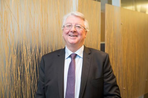 LNG founder to step down